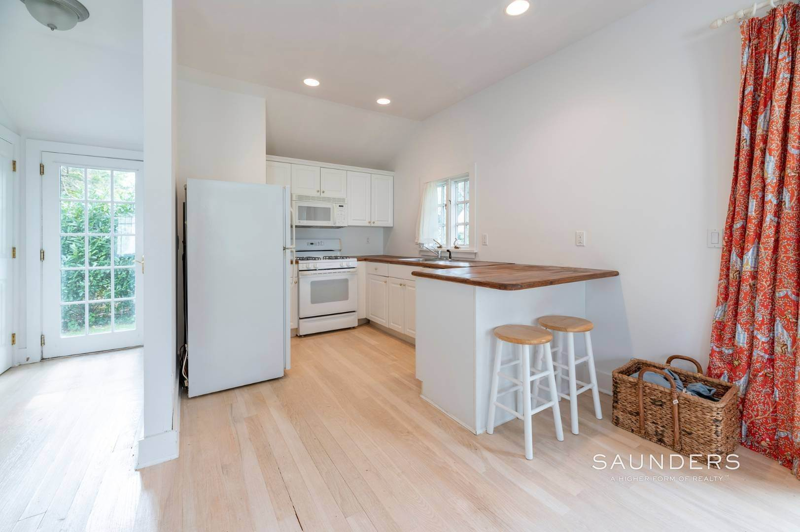 21. Single Family Homes for Sale at East Hampton Village Traditional South Of The Highway 21 Buckskill Road, East Hampton, East Hampton Town, NY 11937