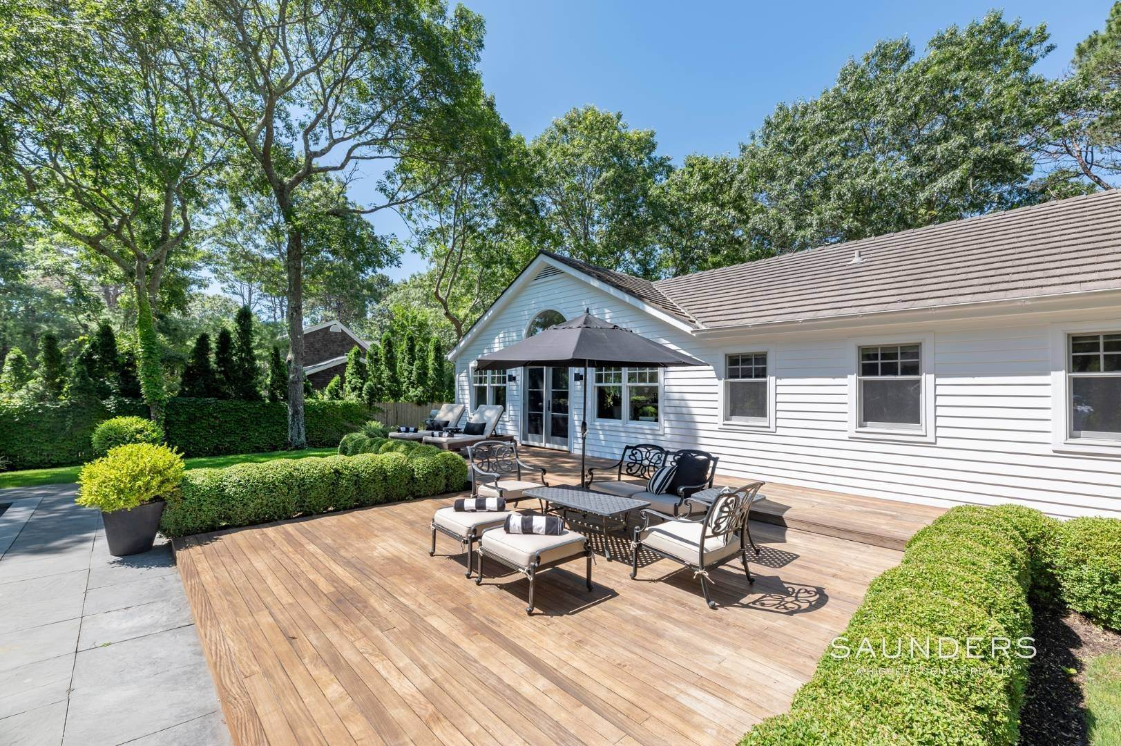 16. Single Family Homes for Sale at Modern Charm In Wainscott 32 East Gate Road, Wainscott, East Hampton Town, NY 11975