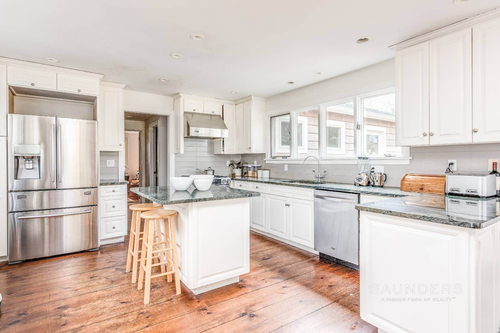 6. Single Family Homes for Sale at Amagansett Charm And Convenience 75 Montauk Highway, Amagansett, East Hampton Town, NY 11930
