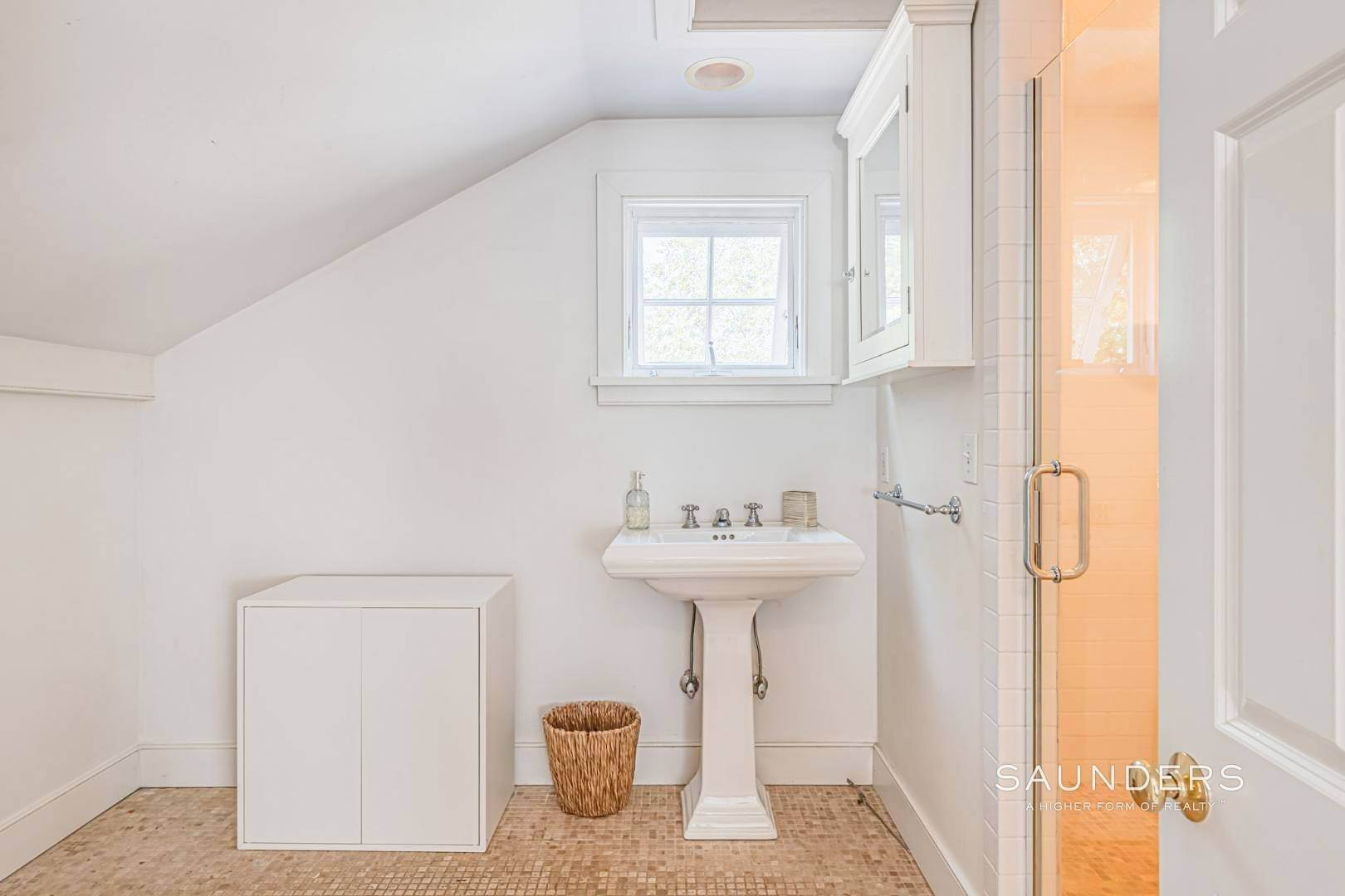 20. Single Family Homes for Sale at Amagansett Charm And Convenience 75 Montauk Highway, Amagansett, East Hampton Town, NY 11930