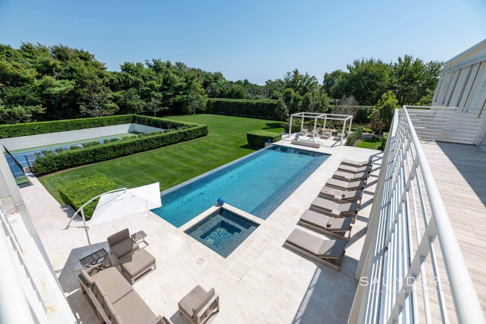 18. Single Family Homes for Sale at Spacious Living And Entertaining At Its Best 90 Pheasant Close East, Southampton, Southampton Town, NY 11968