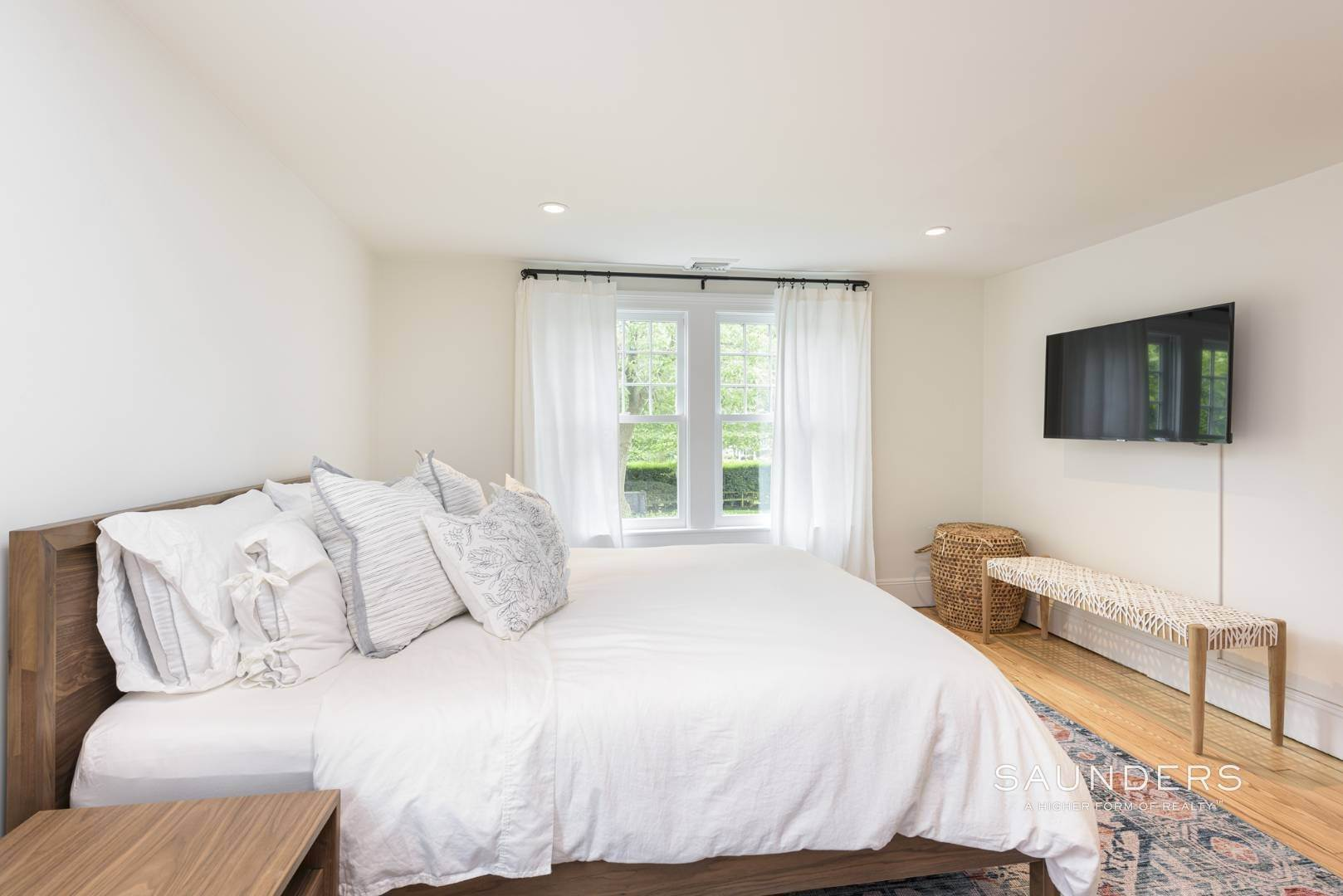 19. Single Family Homes at Classic Chic In East Hampton Village 104 Buell Lane, East Hampton, East Hampton Town, NY 11937