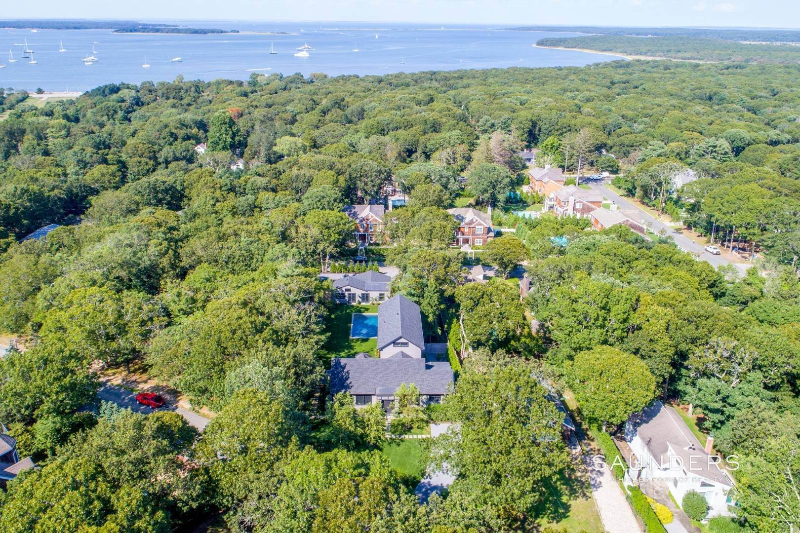 24. Single Family Homes for Sale at Spacious And Private, Consummate Style In Sag Harbor Village 22 Carver Street, Sag Harbor, Southampton Town, NY 11963
