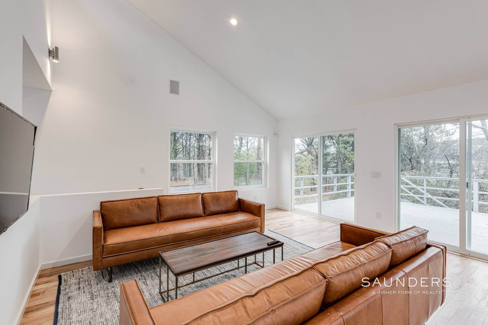 3. Single Family Homes at Stylish In Southampton Southampton, Southampton Town, NY 11968