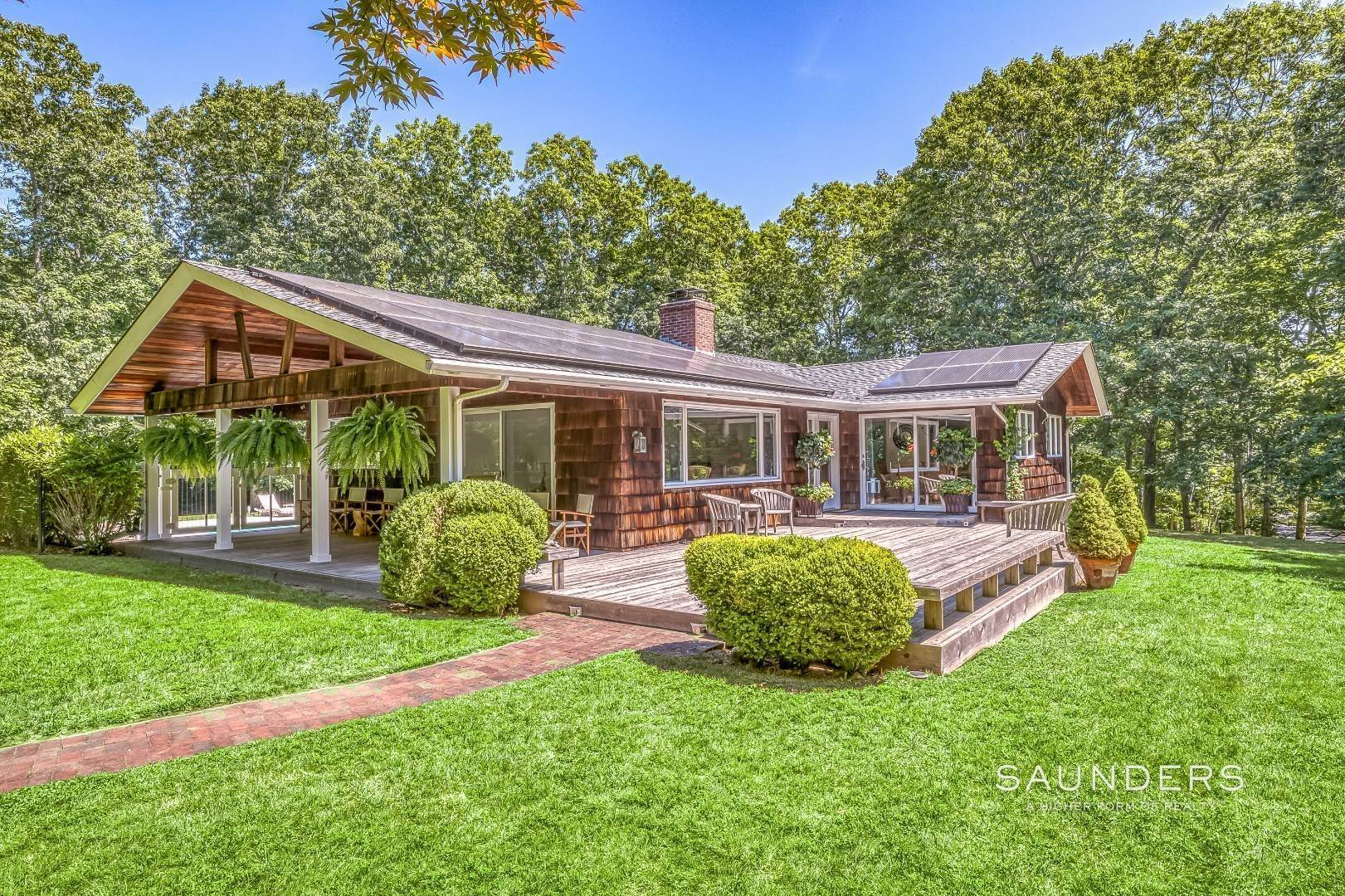 3. Single Family Homes for Sale at Shelter Island Resort Style Retreat With Pool Near Beach 8 Hay Beach Road, Shelter Island Heights, Shelter Island, NY 11964