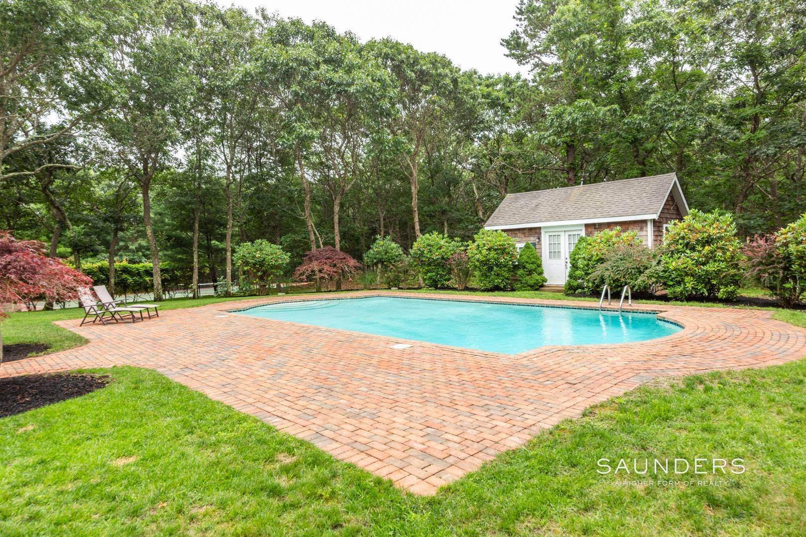 5. Single Family Homes at Stately Home On The Wainscott/East Hampton Fringe For Aug-Ld East Hampton Town, NY 11937