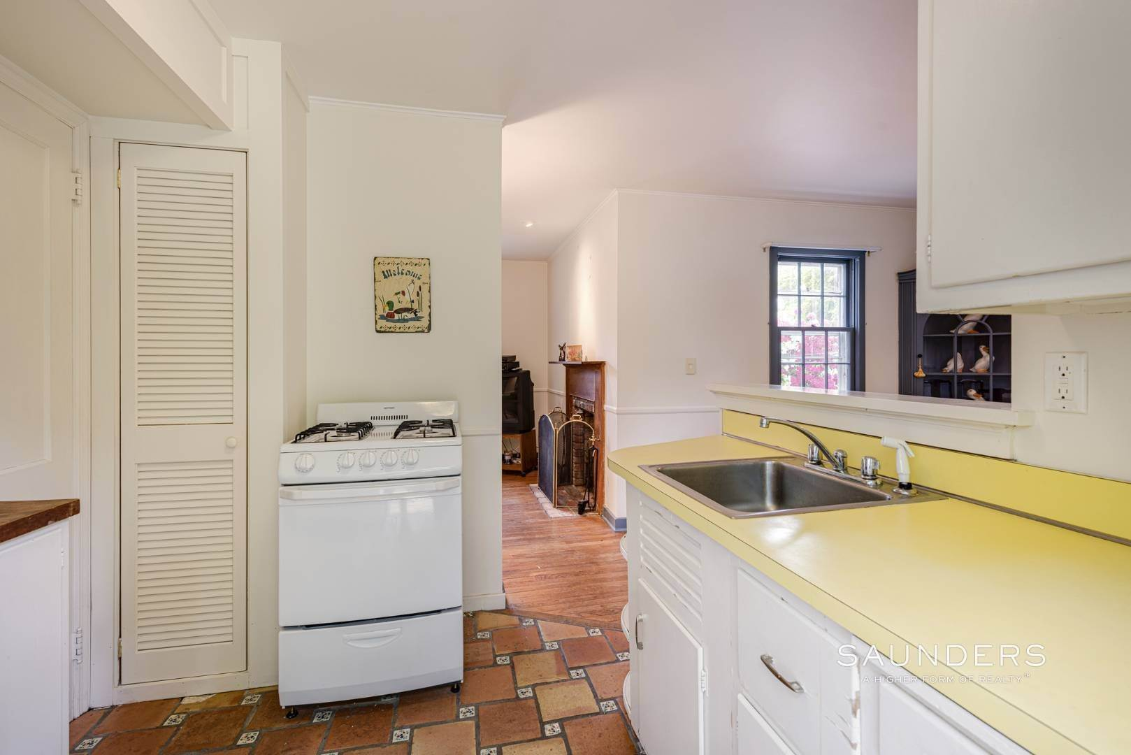 11. Single Family Homes for Sale at Charming East Hampton Village Cottage 40 The Circle, East Hampton, East Hampton Town, NY 11937