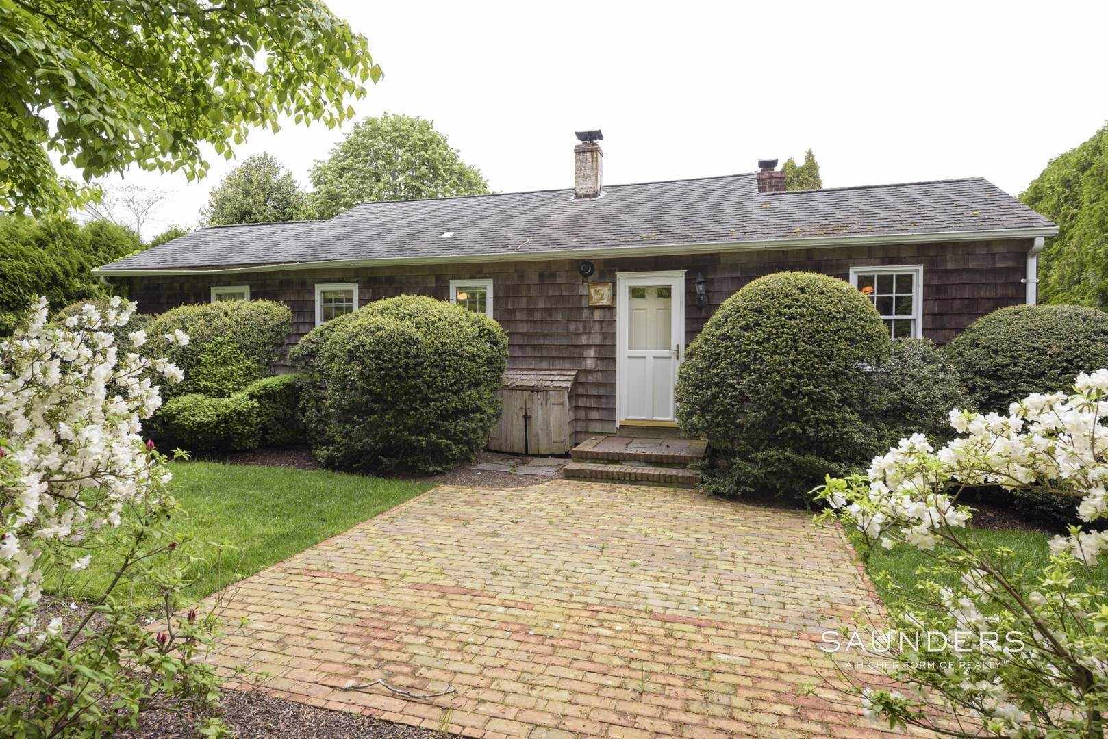 6. Single Family Homes for Sale at Charming East Hampton Village Cottage 40 The Circle, East Hampton, East Hampton Town, NY 11937