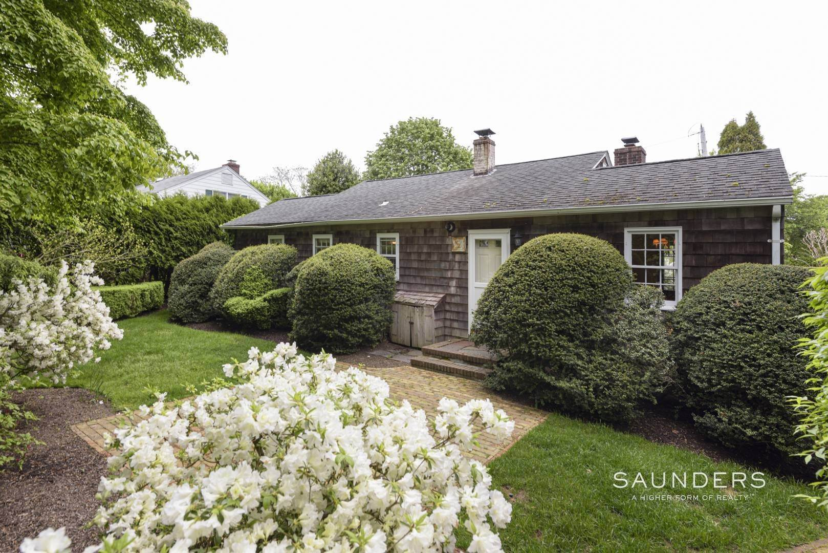 4. Single Family Homes for Sale at Charming East Hampton Village Cottage 40 The Circle, East Hampton, East Hampton Town, NY 11937