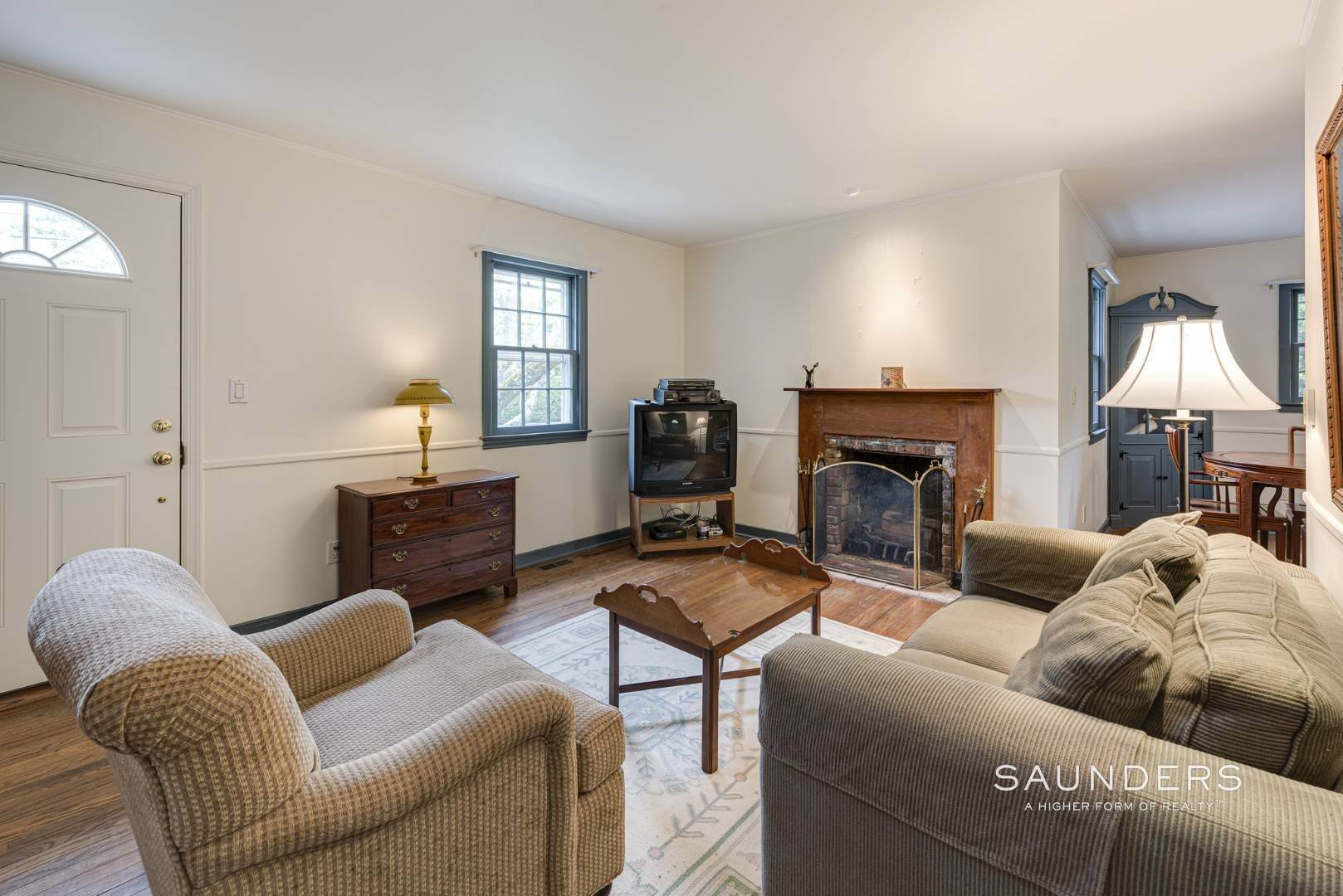 8. Single Family Homes for Sale at Charming East Hampton Village Cottage 40 The Circle, East Hampton, East Hampton Town, NY 11937