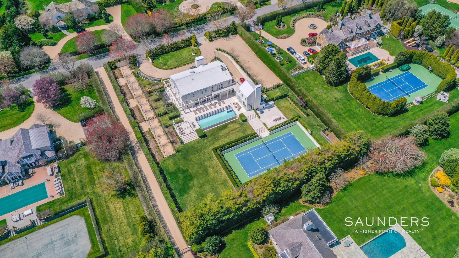 3. Single Family Homes for Sale at Spacious Living And Entertaining At Its Best 90 Pheasant Close East, Southampton, Southampton Town, NY 11968