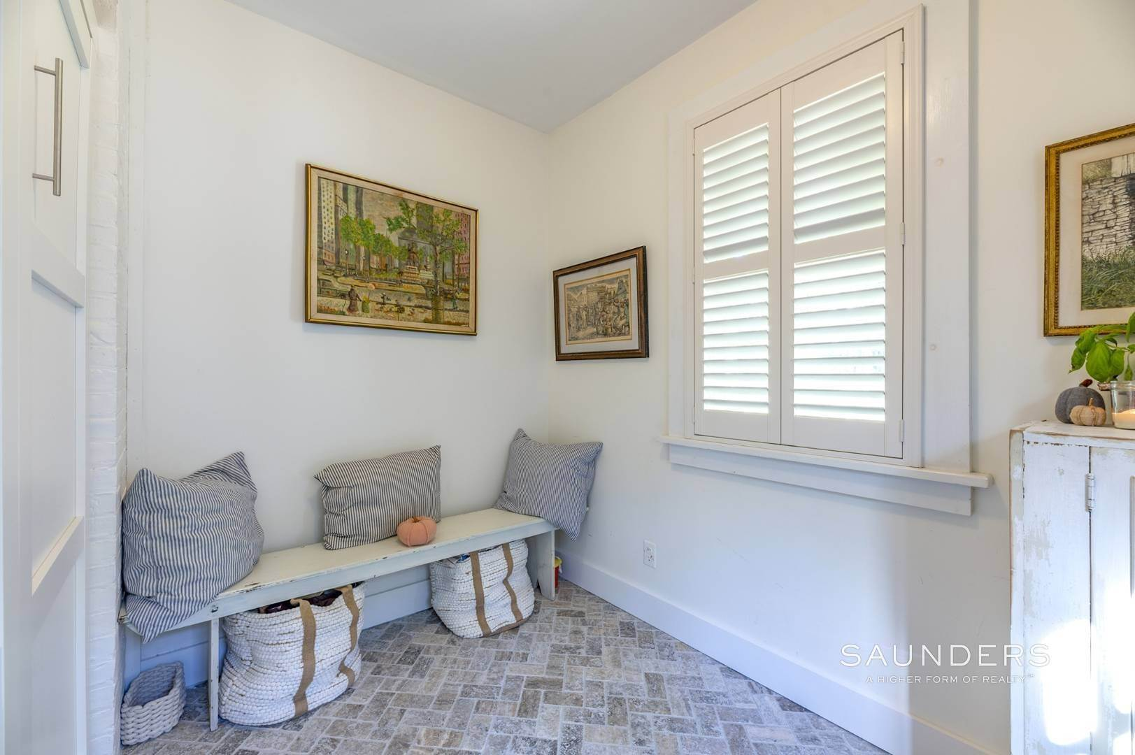 11. Single Family Homes for Sale at Turnkey Quogue South Cottage With All Modern Amenities 20 Lamb Avenue, Quogue Village, Southampton Town, NY 11959