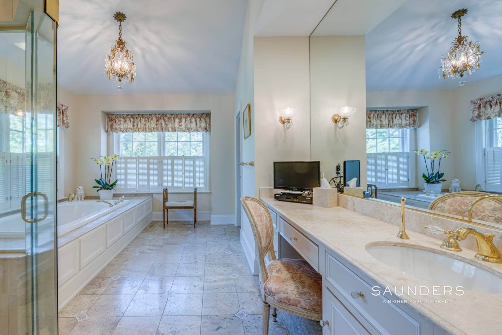 20. Single Family Homes for Sale at Classic Elegance In The Heart Of Quogue Village 68 Quogue Street, Quogue Village, Southampton Town, NY 11959
