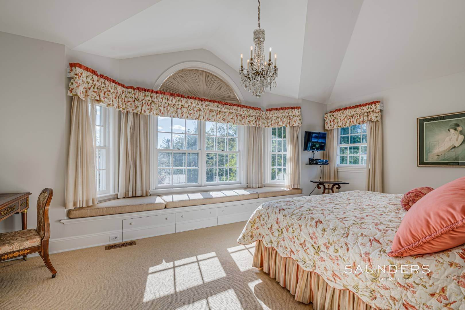 22. Single Family Homes for Sale at Classic Elegance In The Heart Of Quogue Village 68 Quogue Street, Quogue Village, Southampton Town, NY 11959