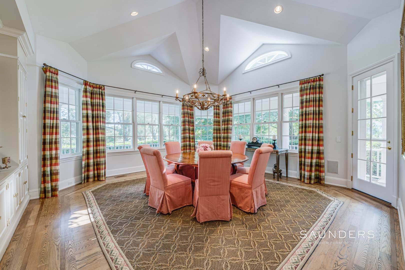 13. Single Family Homes for Sale at Classic Elegance In The Heart Of Quogue Village 68 Quogue Street, Quogue Village, Southampton Town, NY 11959