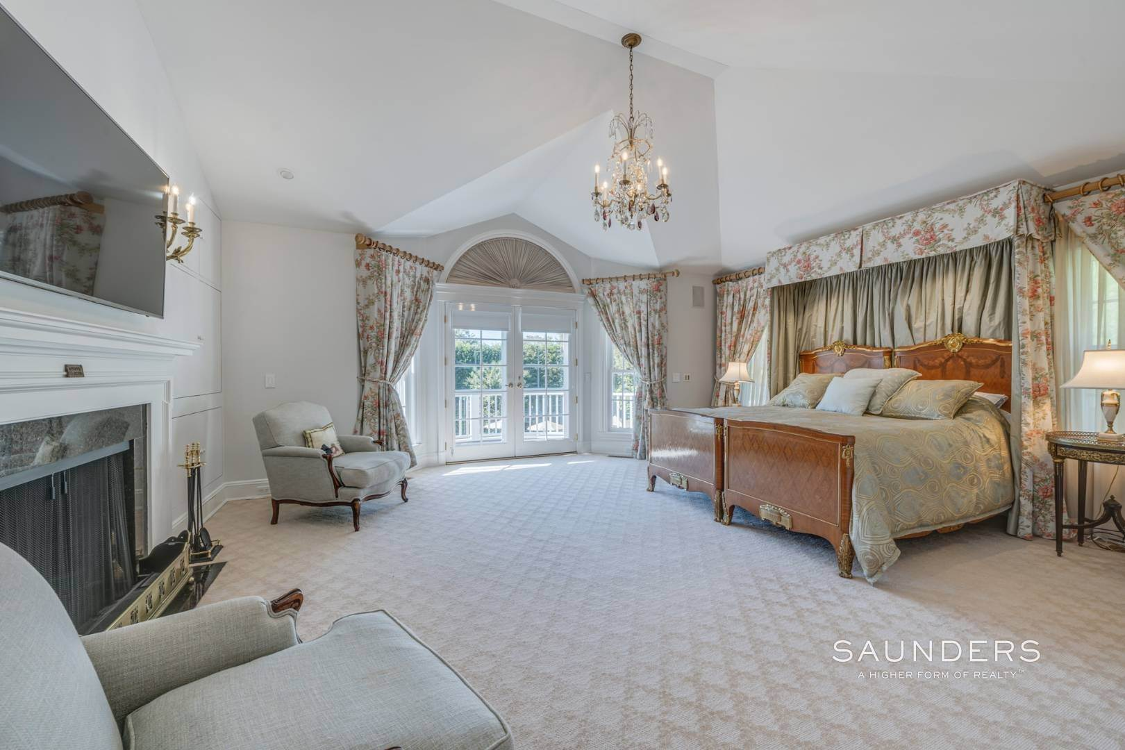 19. Single Family Homes for Sale at Classic Elegance In The Heart Of Quogue Village 68 Quogue Street, Quogue Village, Southampton Town, NY 11959