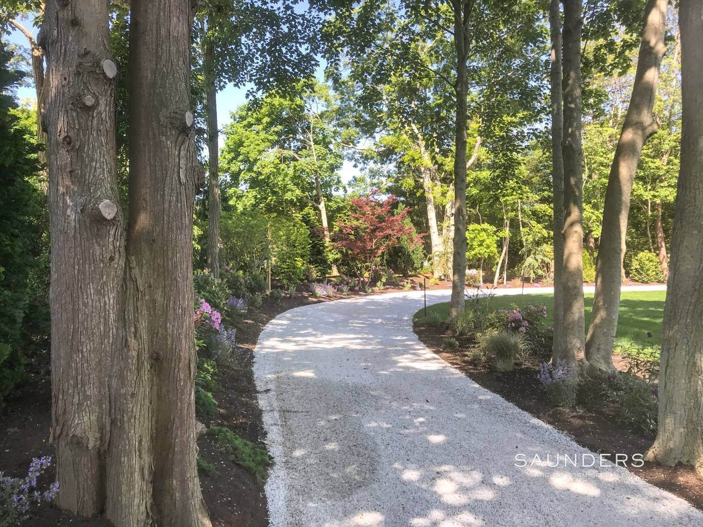 30. Single Family Homes for Sale at Renovated Boutique Barn 407 North Sea Mecox Road, Southampton, Southampton Town, NY 11968