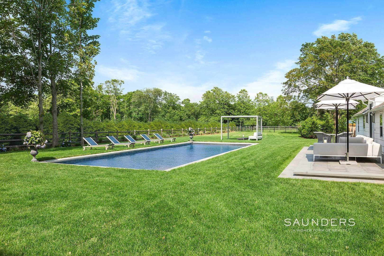 27. Single Family Homes for Sale at Renovated Boutique Barn 407 North Sea Mecox Road, Southampton, Southampton Town, NY 11968