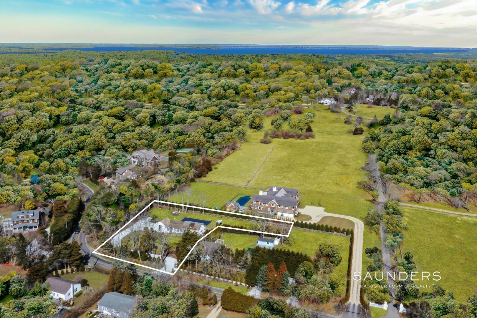 32. Single Family Homes for Sale at Renovated Boutique Barn 407 North Sea Mecox Road, Southampton, Southampton Town, NY 11968