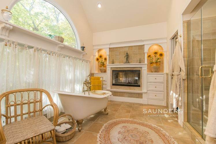 18. Single Family Homes for Sale at Country Cottage 50 Landfall Road, East Hampton, East Hampton Town, NY 11937