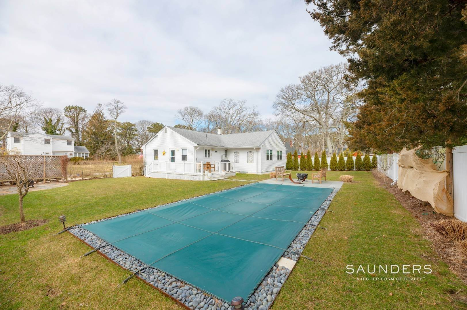 21. Single Family Homes for Sale at Chic Designer Cottage, Heated Pool, Near Bay, East Of Canal 9 Elizabeth Avenue, Hampton Bays, Southampton Town, NY 11946