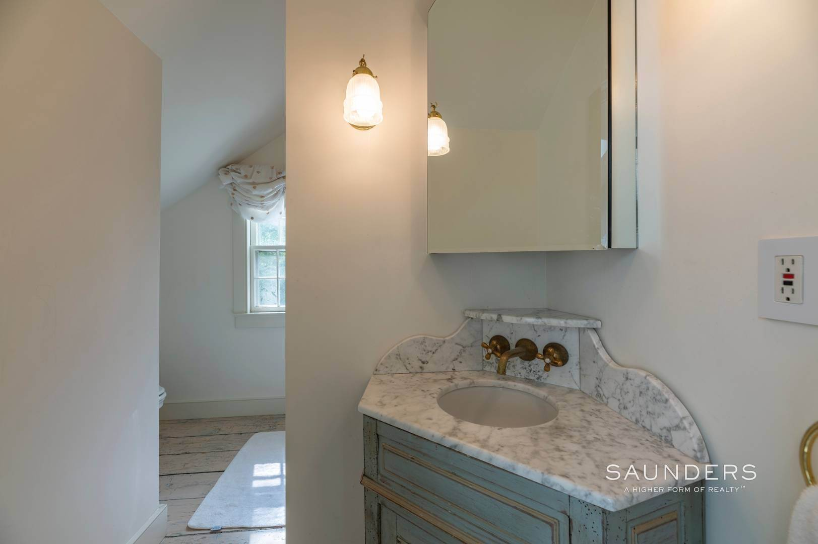 20. Single Family Homes for Sale at Classic Farmhouse In Southampton Village 519 Hill Street, Southampton, Southampton Town, NY 11968