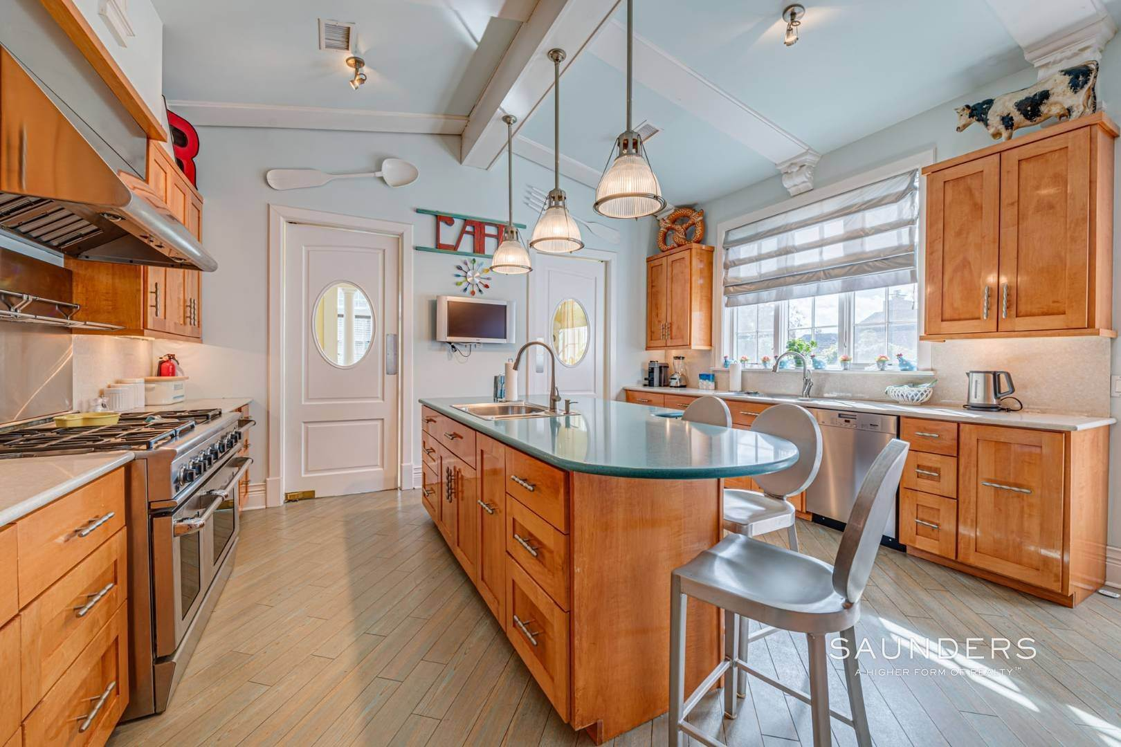 8. Single Family Homes for Sale at Elegant Estate Section Home, Moments To The Ocean 622 Halsey Neck Lane, Southampton, Southampton Town, NY 11968