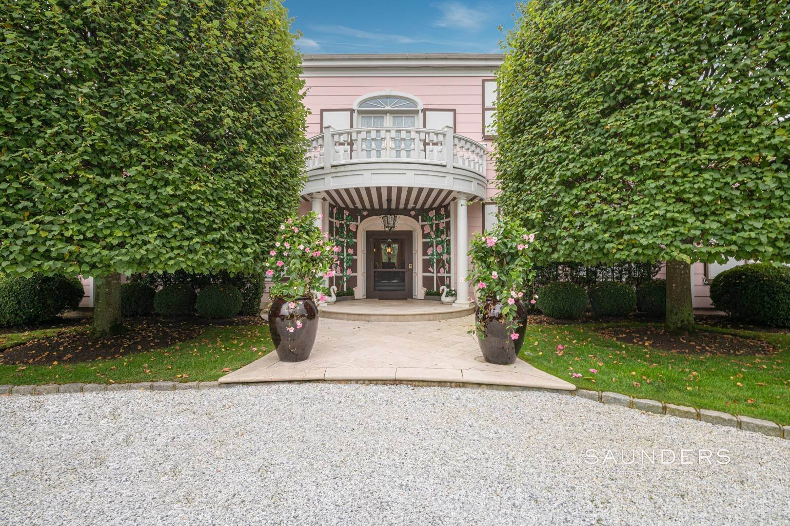 30. Single Family Homes for Sale at Elegant Estate Section Home, Moments To The Ocean 622 Halsey Neck Lane, Southampton, Southampton Town, NY 11968