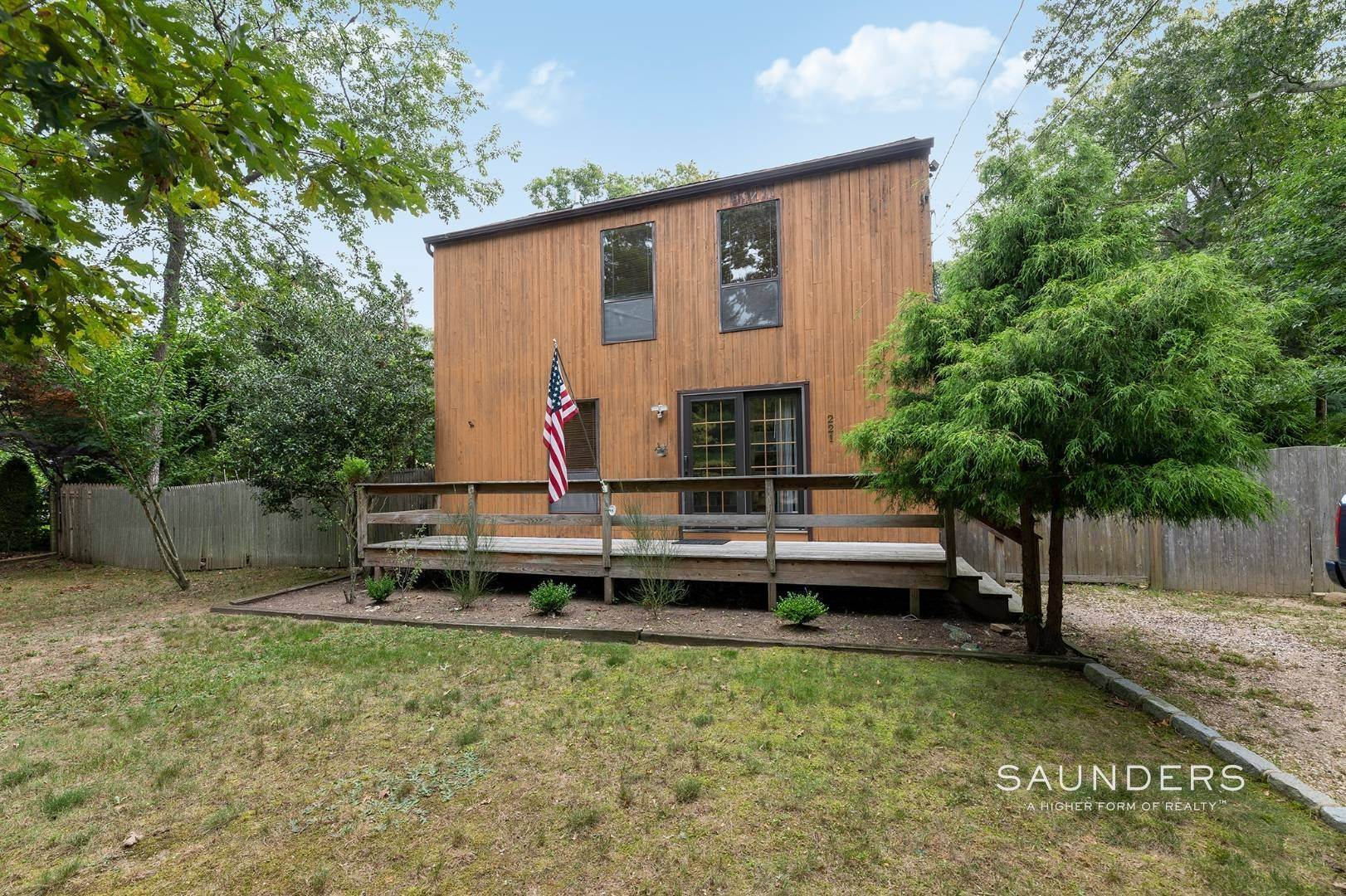 17. Single Family Homes at Charming Home With Heated Pool 221 Norfolk Dr, East Hampton, East Hampton Town, NY 11937