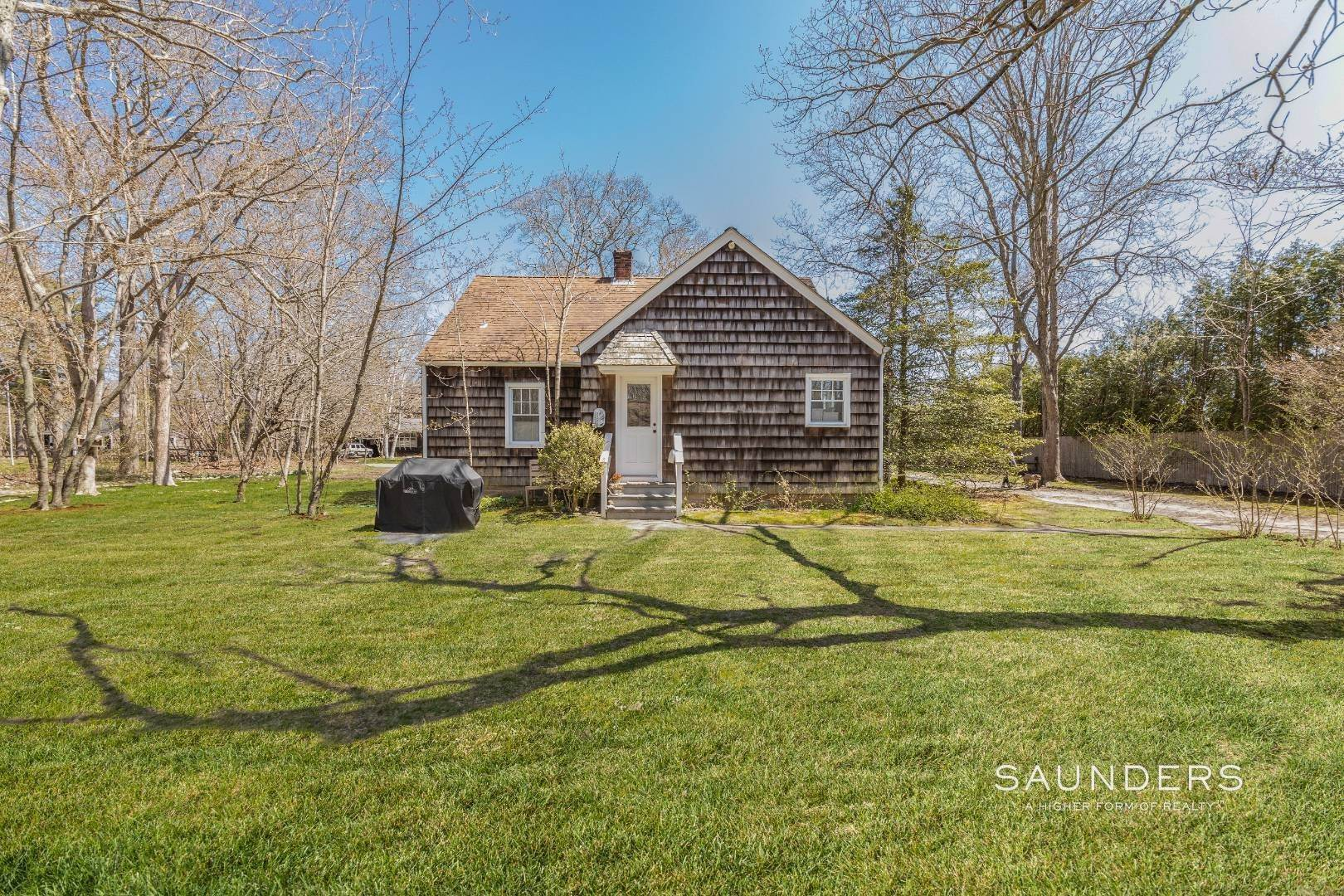 12. Single Family Homes for Sale at East Hampton Cottage On 1.17 Acres 43 Miller Lane West, East Hampton, East Hampton Town, NY 11937