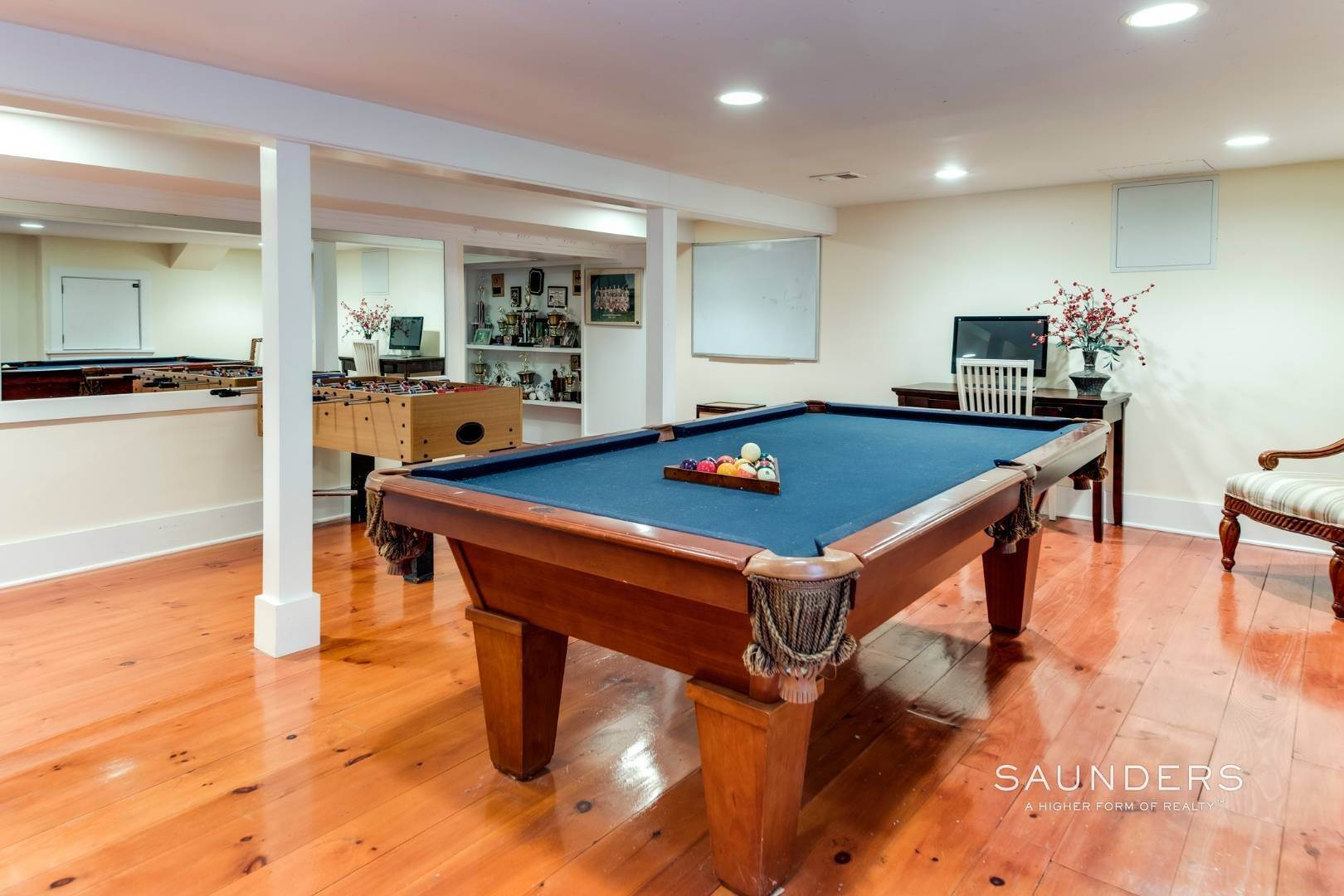 19. Single Family Homes for Sale at Impeccable & Beautiful In East Hampton With Pool, Gym And More 413 Hands Creek Road, East Hampton, East Hampton Town, NY 11937