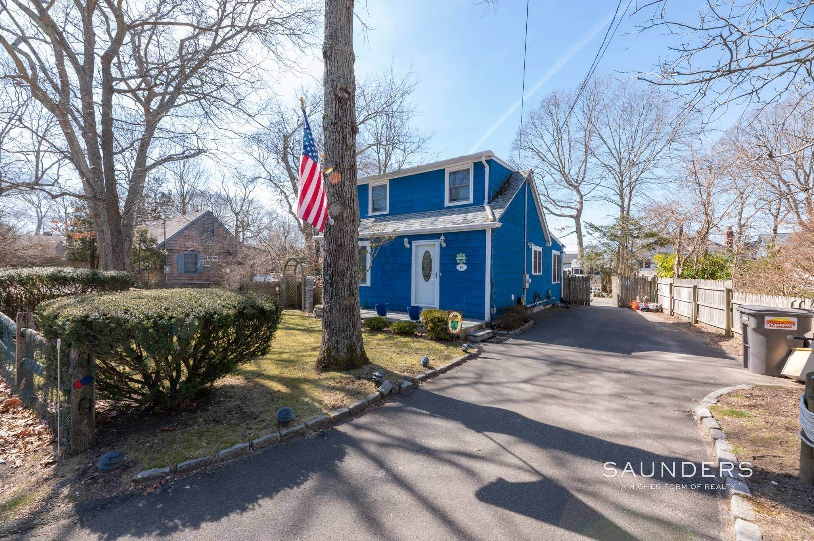 4. Single Family Homes for Sale at Spacious Cottage By Circle Beach 47 Chestnut Street, Sag Harbor, Southampton Town, NY 11963