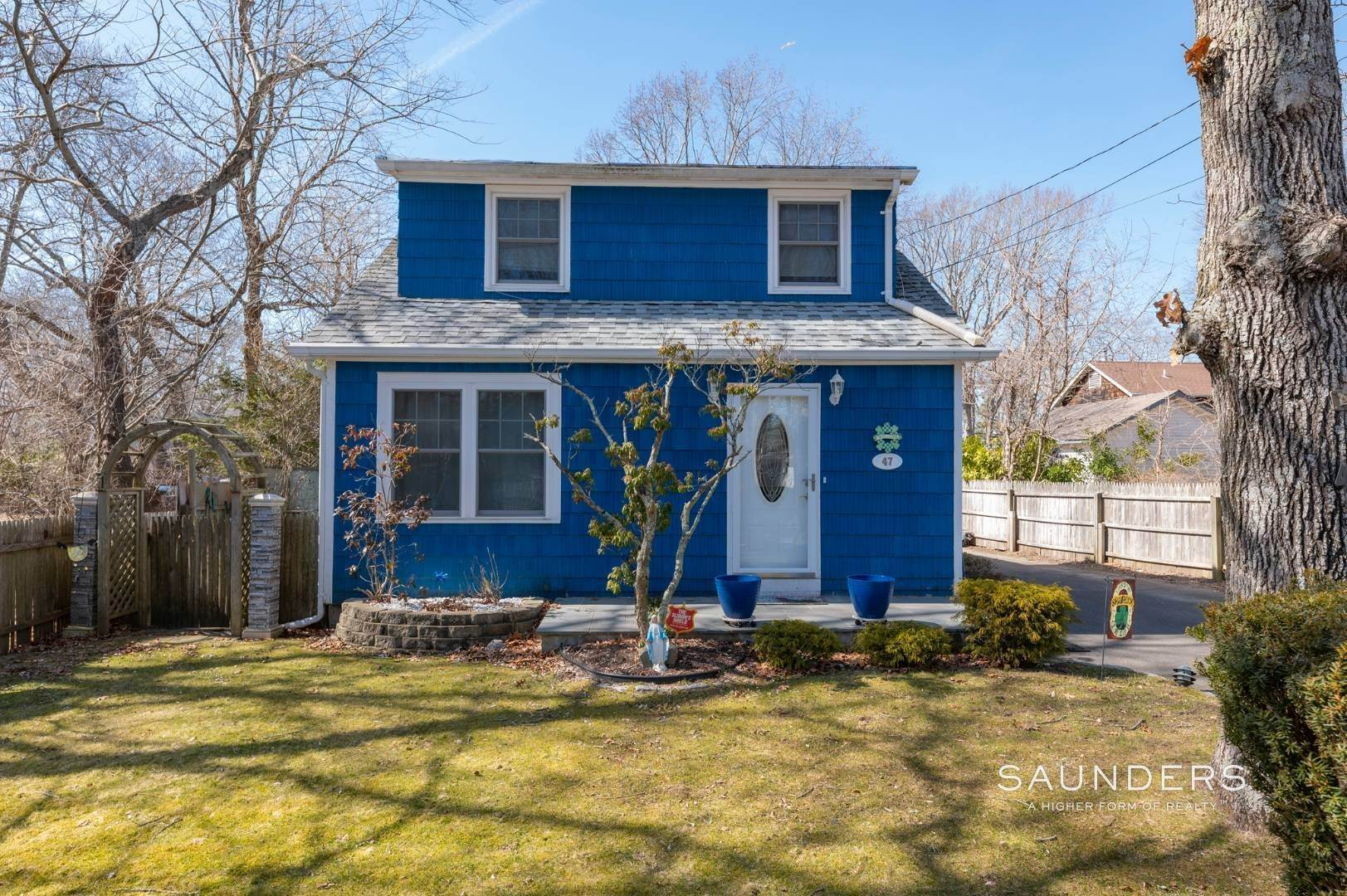 3. Single Family Homes for Sale at Spacious Cottage By Circle Beach 47 Chestnut Street, Sag Harbor, Southampton Town, NY 11963