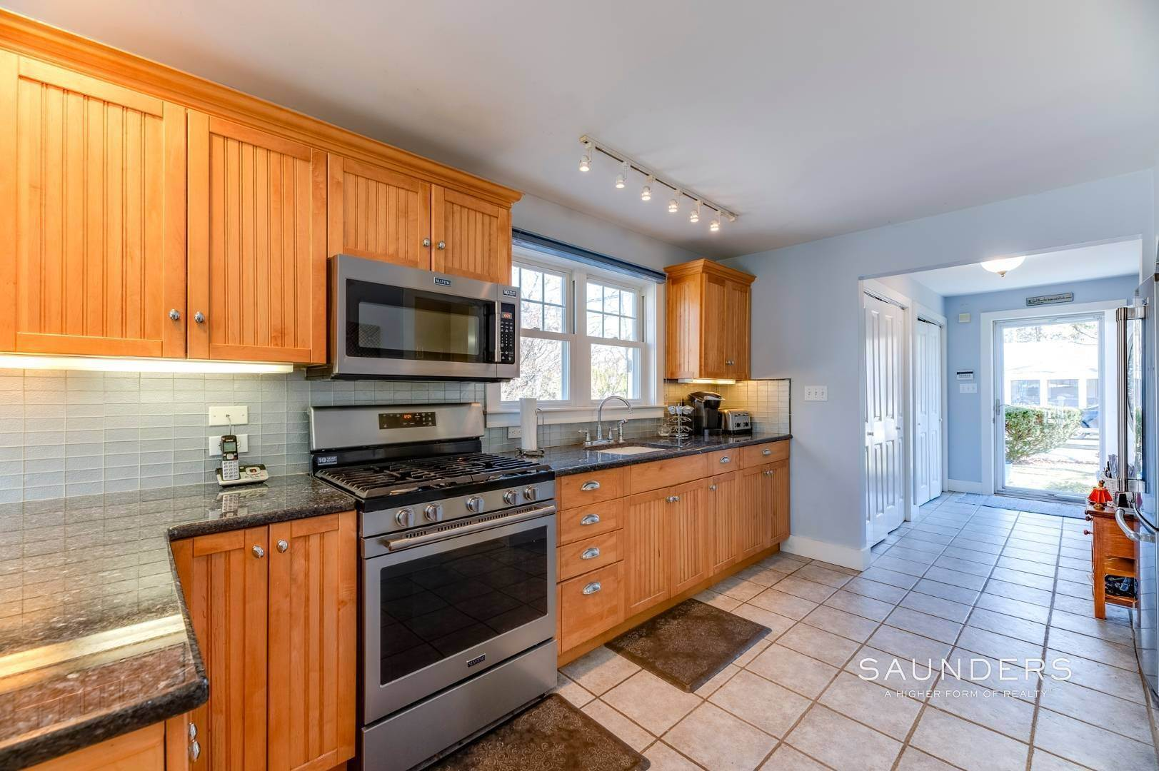 9. Single Family Homes for Sale at Spacious Cottage By Circle Beach 47 Chestnut Street, Sag Harbor, Southampton Town, NY 11963
