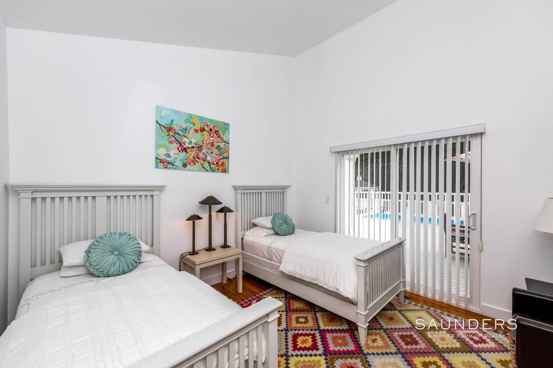 18. Single Family Homes at Immaculate! Sleek And Modern Beach Home In East Hampton East Hampton, East Hampton Town, NY 11937