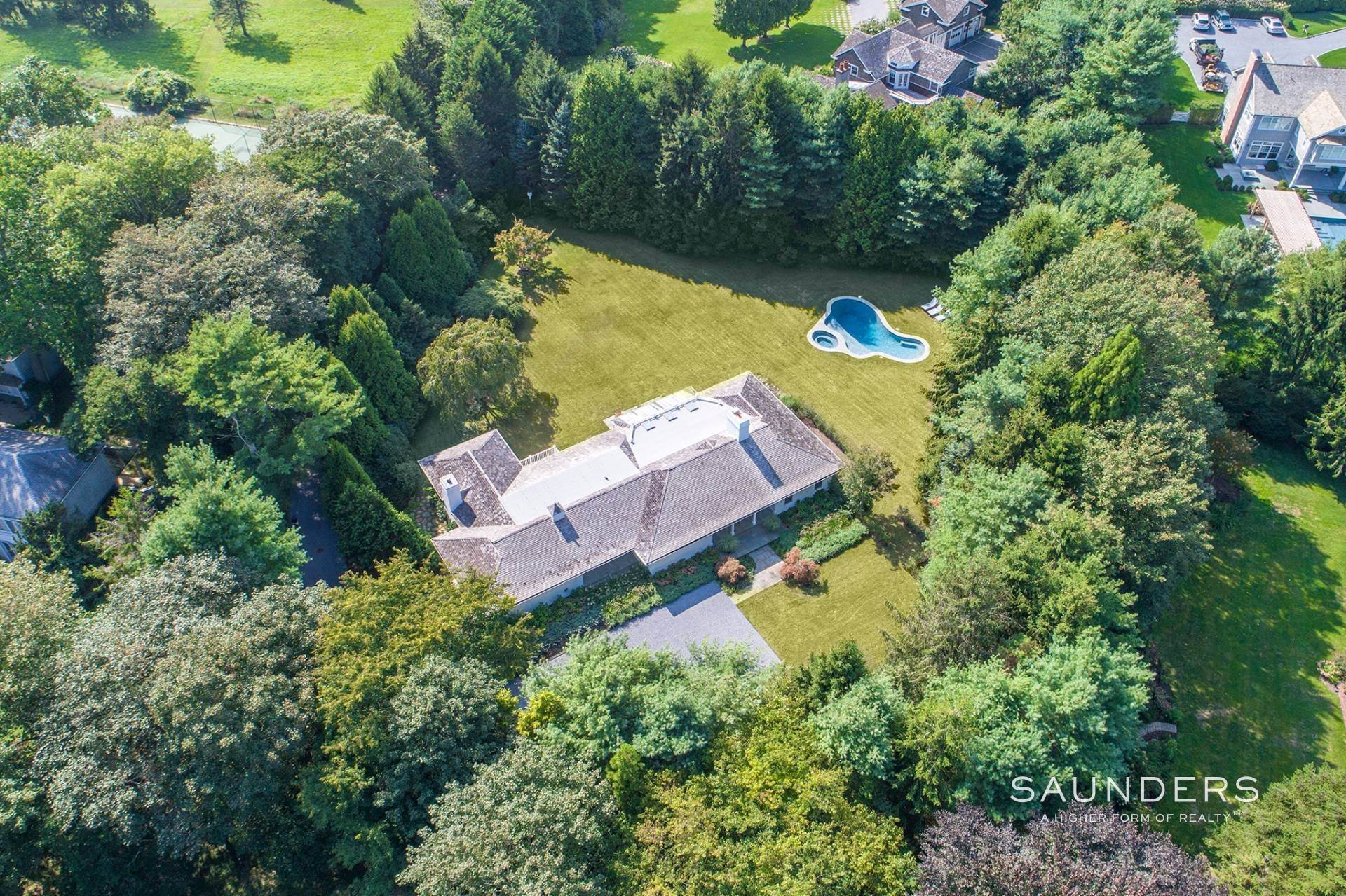 24. Single Family Homes for Sale at East Hampton Village 4 Carriage Court, East Hampton, East Hampton Town, NY 11937
