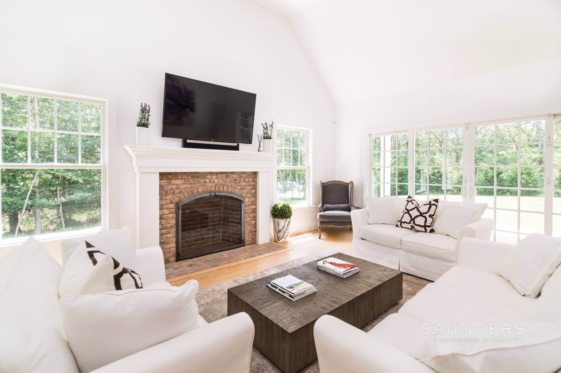 6. Single Family Homes for Sale at Pristine Traditional Home With Modern Amenities 11 Birdie Lane, East Hampton, East Hampton Town, NY 11937
