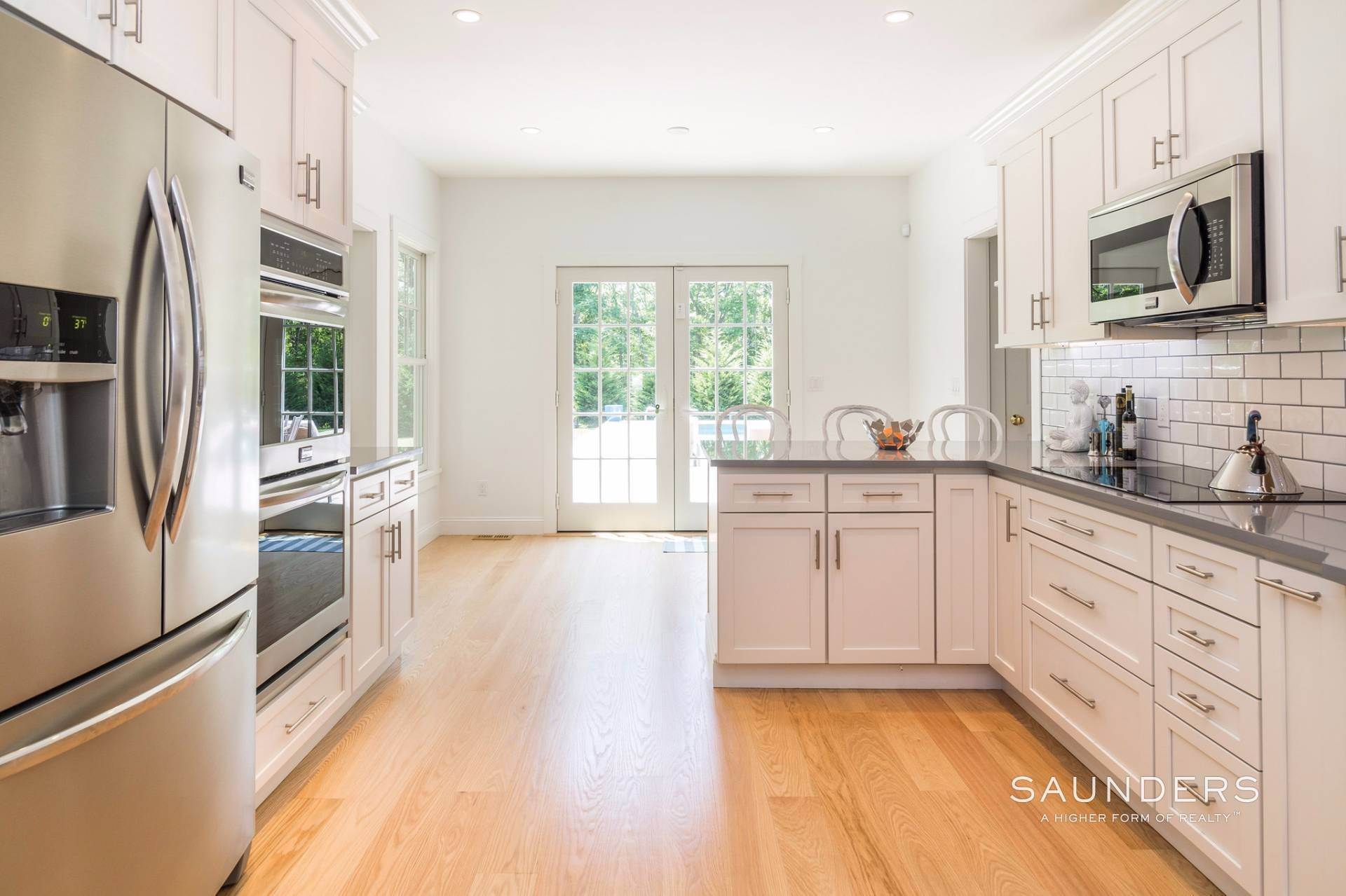 10. Single Family Homes for Sale at Pristine Traditional Home With Modern Amenities 11 Birdie Lane, East Hampton, East Hampton Town, NY 11937