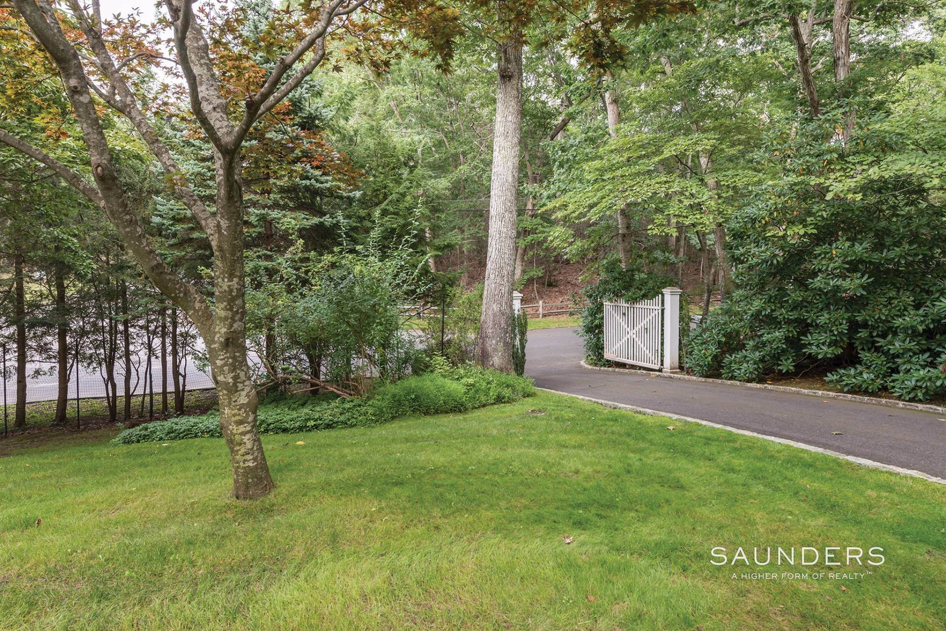 16. Single Family Homes at Perfect Cottage Charm Down By The Beach 9 Whalebone Landing Road, Southampton, Southampton Town, NY 11968