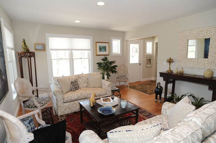 7. Single Family Homes at Close To Southampton Village With Pool And Tennis Southampton, Southampton Town, NY 11968